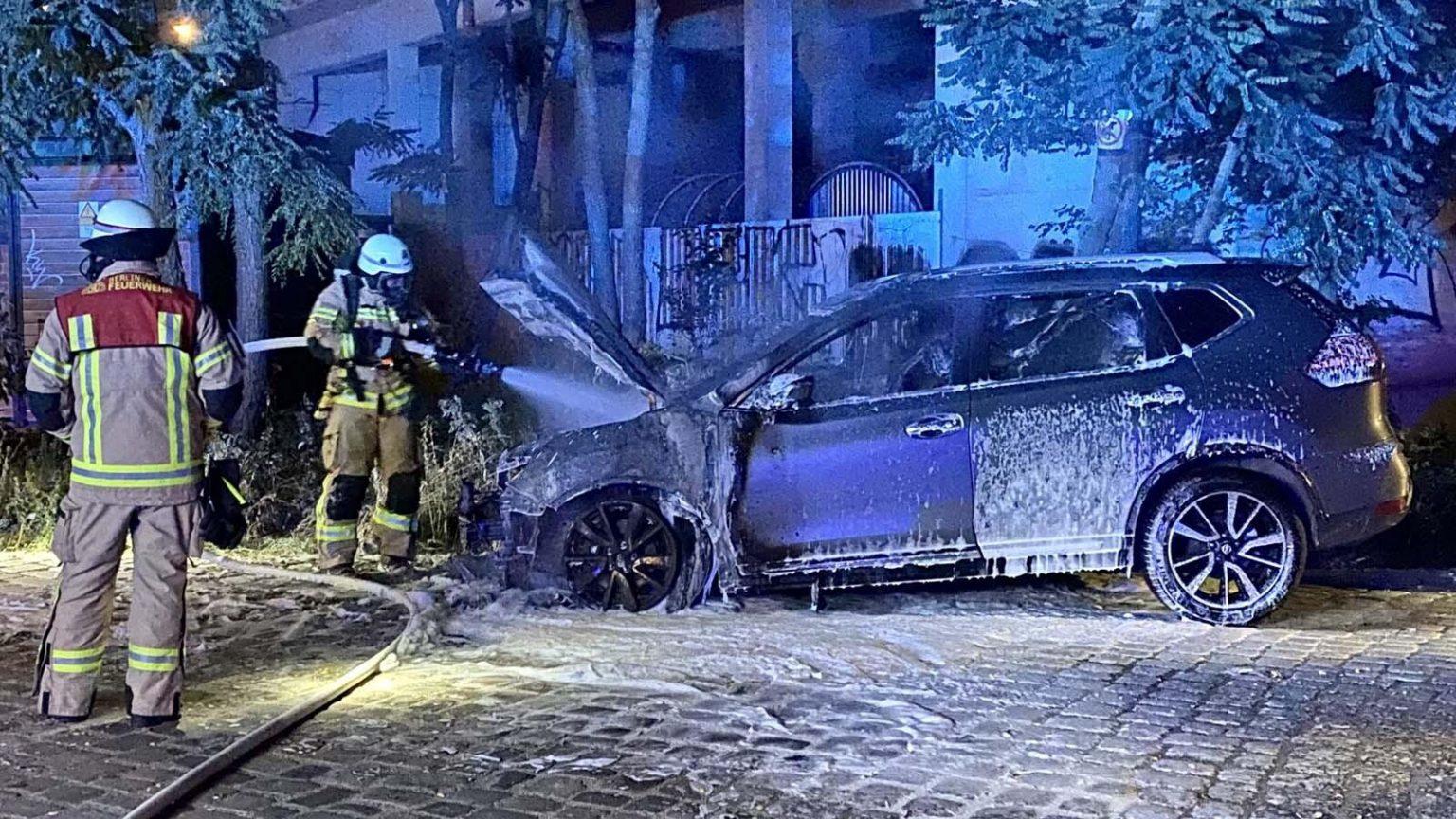 BERLÍN, ALEMANIA: VEHÍCULO DE LA EMBAJADA FRANCESA INCENDIADO EN SCHÖNEBERG.